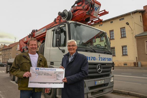 Gerd Heubaum sponserte seinen Kraneinsatz für die Bärenstiftung